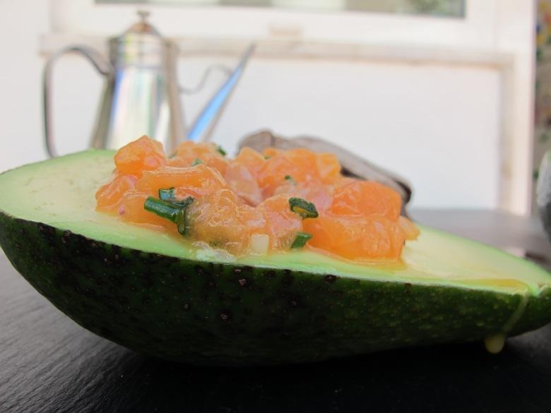 tartaro de salmão e abacate, casca do abacate, receitas com abacate, comida crua