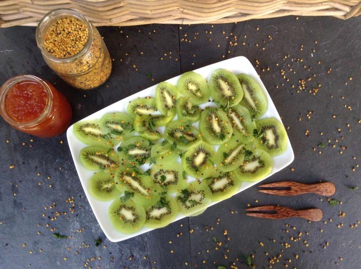 Carpaccio de fruta, carpaccio, carpaccio de kiwi, receita, nouvelle cuisine, kiwi, mel, polen de flores, limão, sumo de limão
