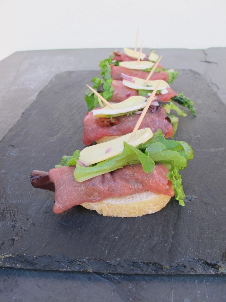 Na tábua, cru com pinta, saúde, boa alimentação Bruschetta de Carpaccio com queijo & mel