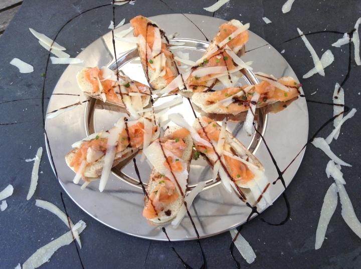 Bruschetta de salmão @ cru com pinta