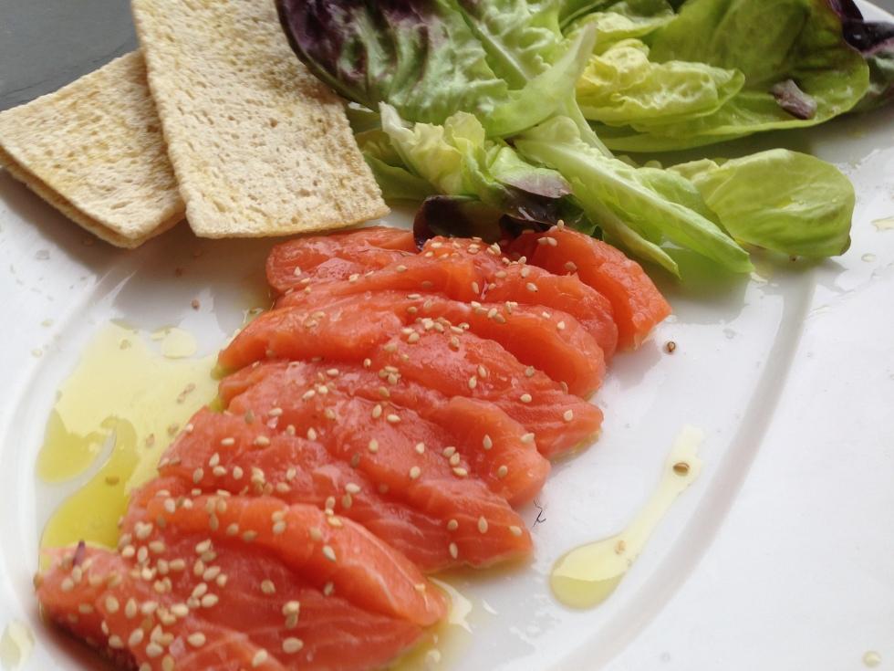alface coração com sashimi de salmao