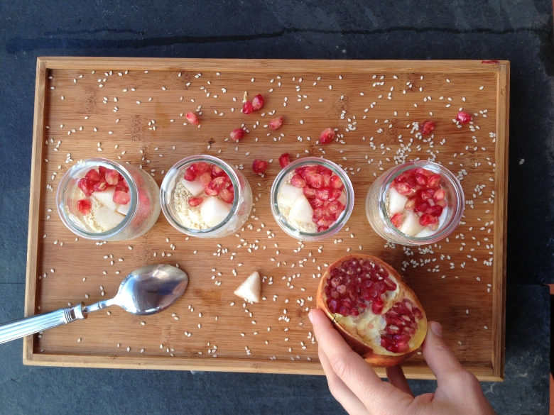 Iogurte com sementes e bagas de romã @ cru com pinta. Direitos de imagem reservados.