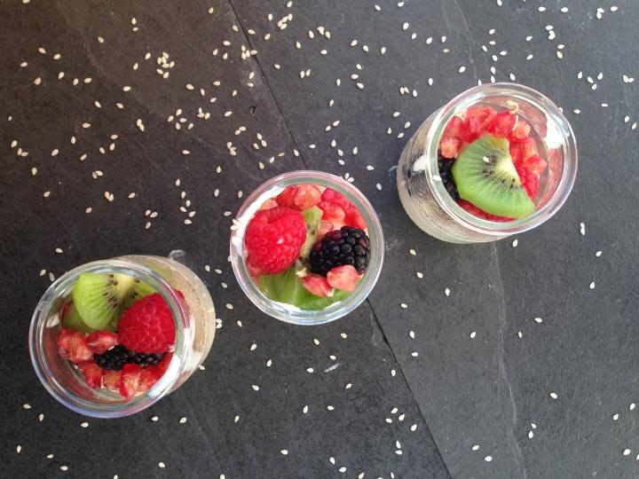 Iogurte de soja com frutas variadas @ cru com pinta. Direitos de imagem reservados.