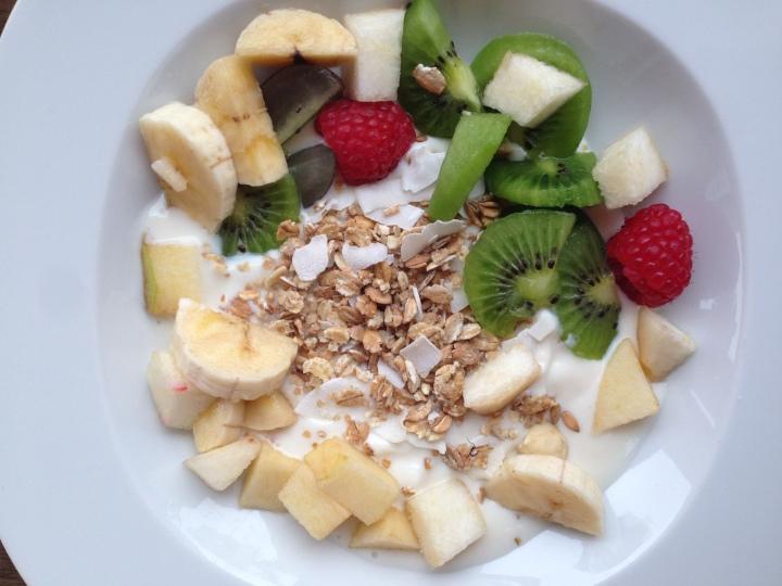 Iogurte de soja com granola, raspas de côco e fruta @ cru com pinta