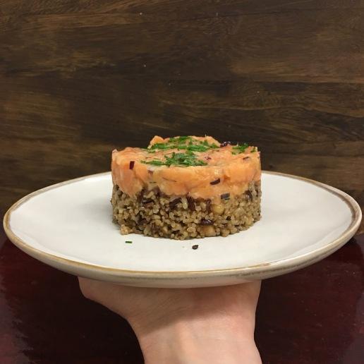 Tártaro de Salmão em cama de arroz integral e grão. Receita aqui.