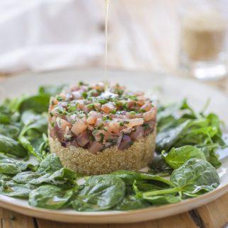 Tartaro de atum em cama de quinoa.