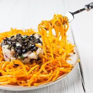 Tártaro de Bacalhau fresco com espaguete de abóbora salteada.