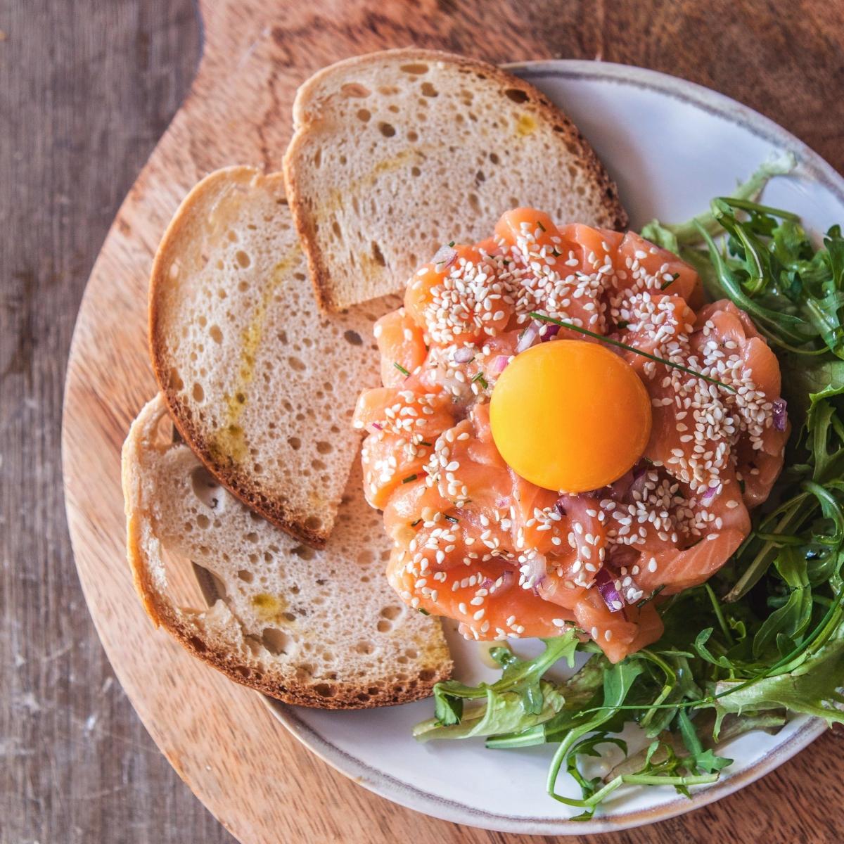 Tártaro de salmão com alho francês