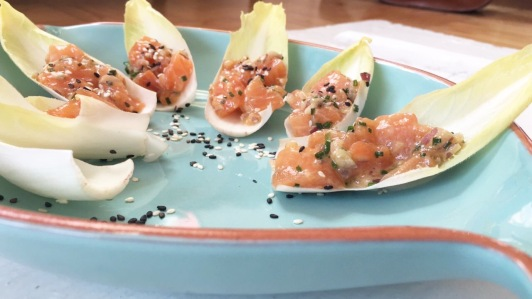 Endivias com Tártaro de salmão. Receita aqui.