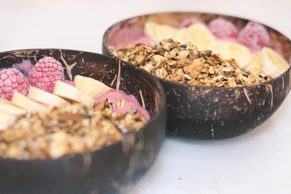 bowl de framboesa, banana e pitaia com a granola cá de casa