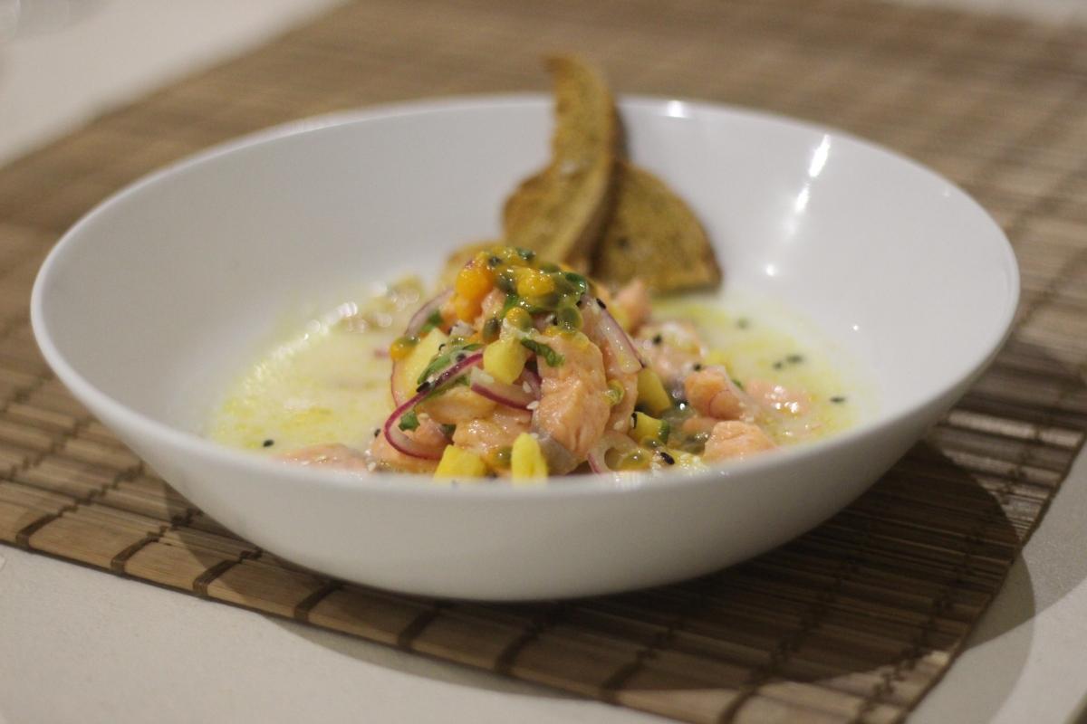 Ceviche de salmão, abacaxi e maracujá.