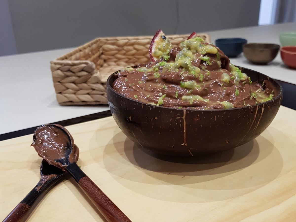 Mousse de cacau com  base de abacate e maracujá.