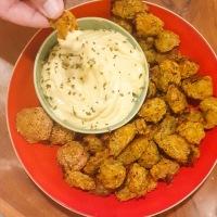 """Receita. Croquetes de legumes com maionese de """"queijo"""" e coêntros."""